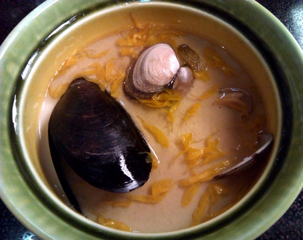 緑の器、貝の入った茶わん蒸し。