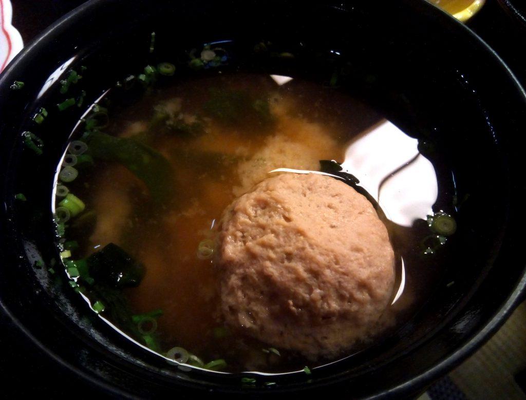 黒い器に肉団子入りの味噌汁が入っています。