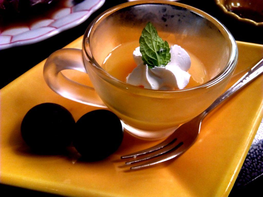 果物2つとガラスのコップに入ったゼリー。