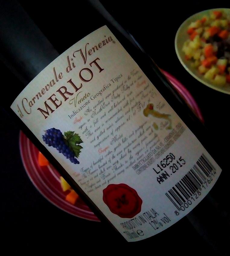 裏のラベルにも 大きな文字で MERLOT とあり、 ぶどうとイタリアの絵が描かれています。